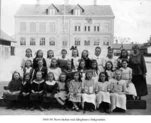 Bilden är tagen 100 år efter att första skolan startades.